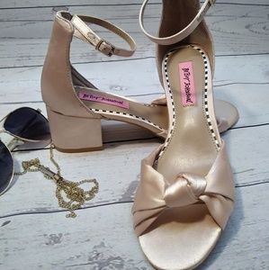 🆕 betsey Johnson pink shoes heel size 8